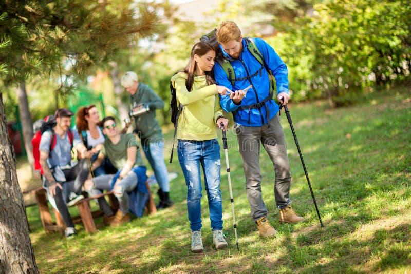 女孩和男孩断裂的从走的看看地图 图库摄影