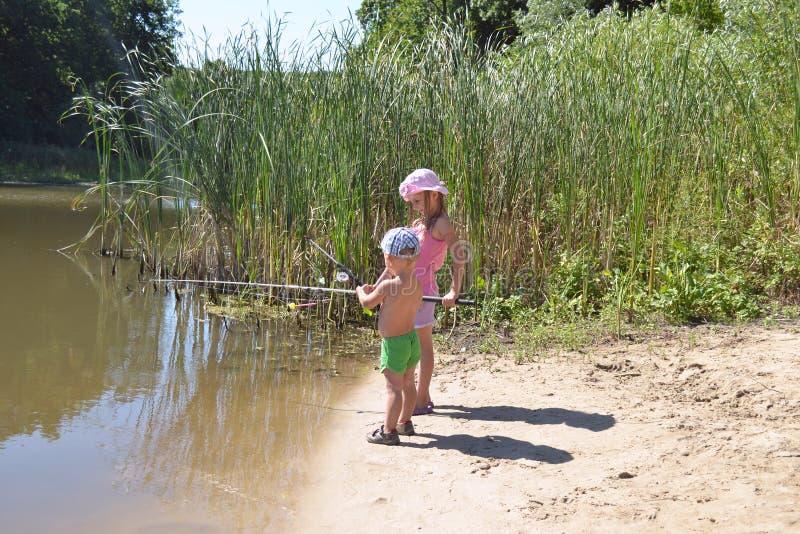 女孩和男孩渔 库存照片