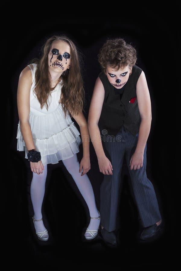 女孩和男孩的画象为万圣夜庆祝穿戴了 免版税库存图片