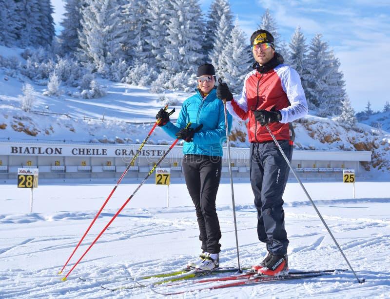 女孩和男孩训练在Cheile Gradistei两项竞赛竞技场-越野滑雪 库存图片