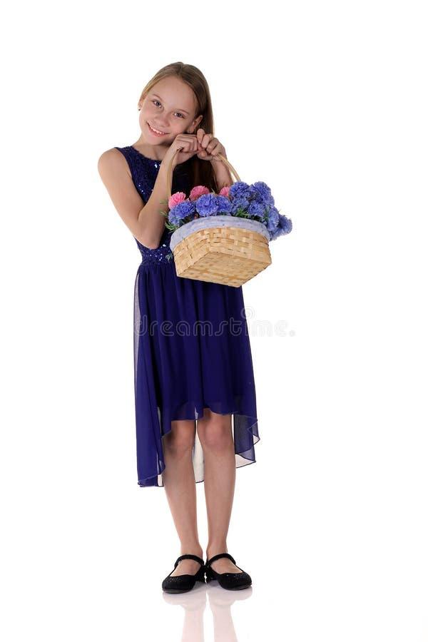 女孩和花在篮子 免版税库存图片
