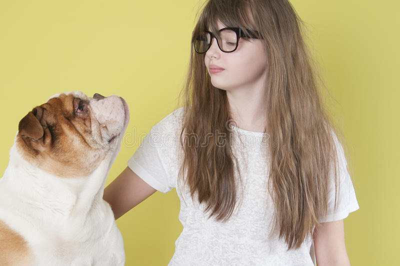 女孩和英国牛头犬 库存图片