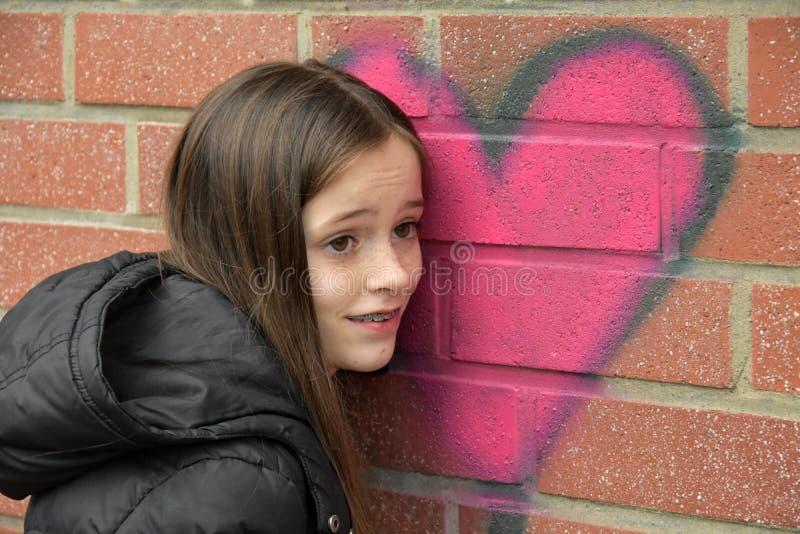 女孩和街道画心脏 免版税库存照片
