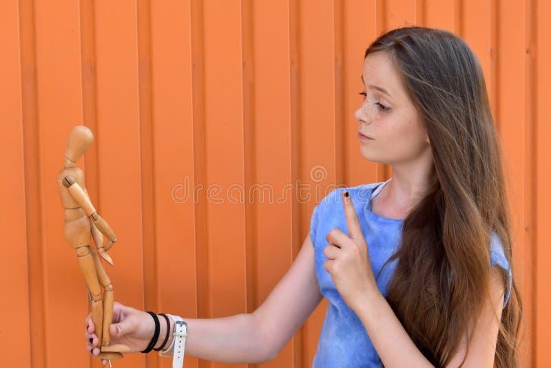 女孩和被联接的玩偶 库存照片