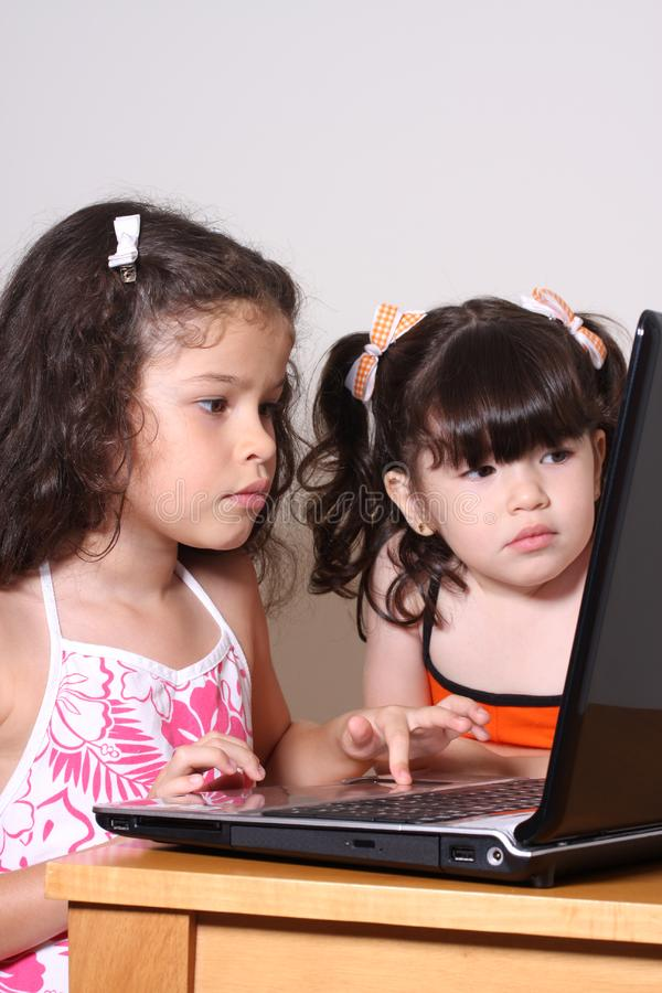 女孩和计算机 图库摄影