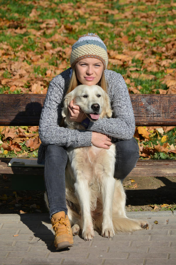 女孩和金毛猎犬 库存图片