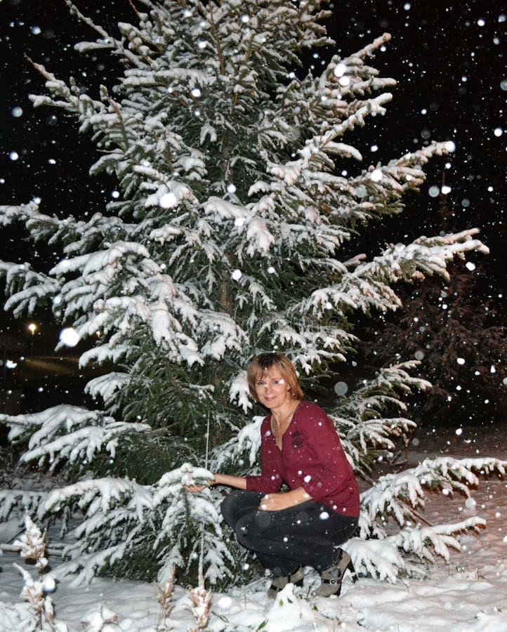 女孩和降雪 免版税库存图片