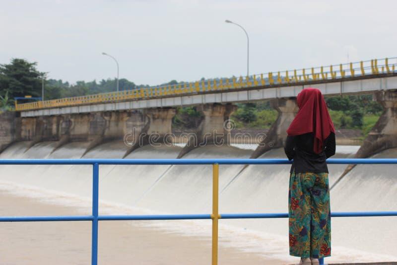 女孩和水坝 库存照片