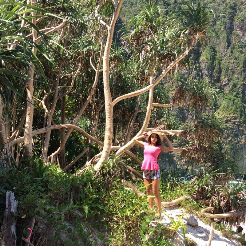 女孩和结构树 库存图片