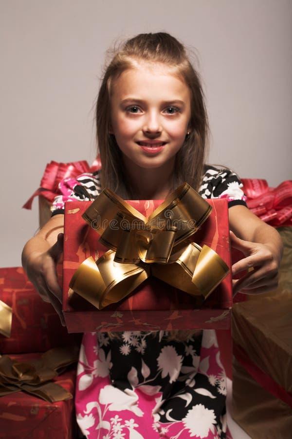 女孩和xmas礼物 免版税库存图片