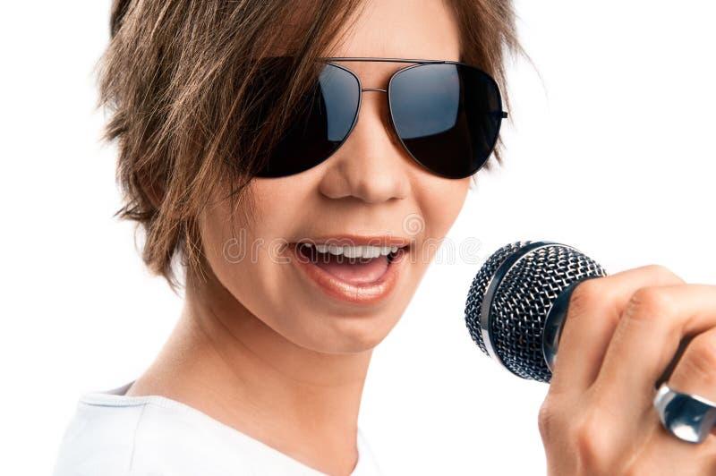 女孩唱歌。 图库摄影