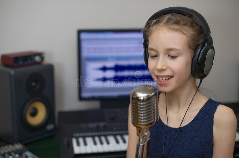 女孩唱歌的一点 免版税库存照片