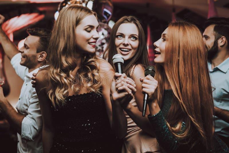 女孩唱歌 卡拉OK演唱俱乐部 时髦夜总会 乐趣 图库摄影