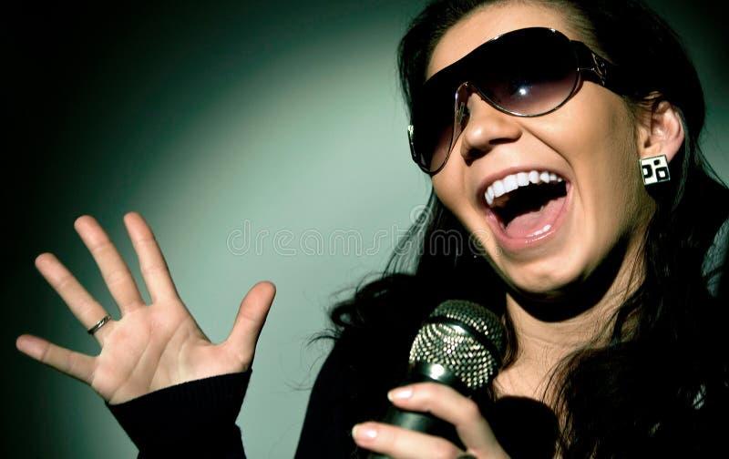 女孩唱歌 免版税库存图片