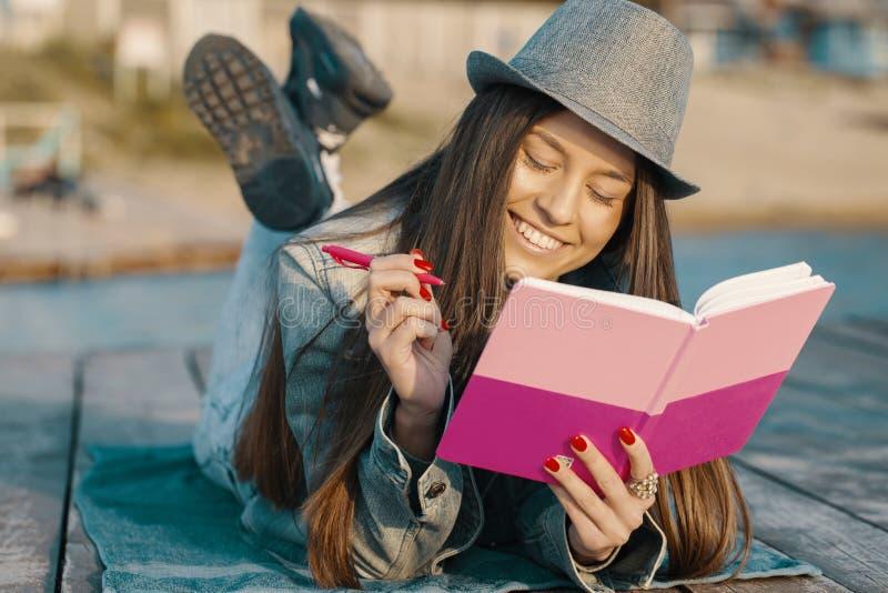 女孩喜欢书写 库存图片