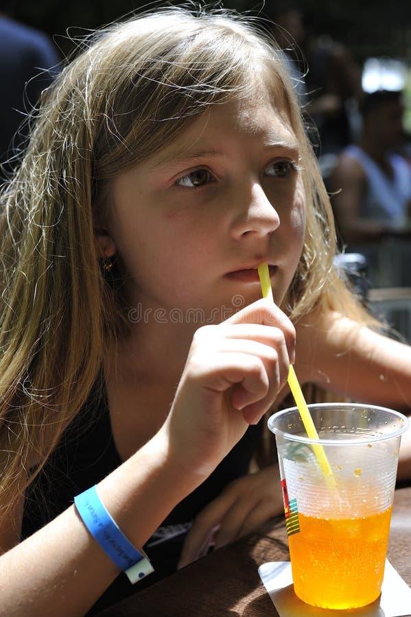 女孩喝着鸡尾酒 免版税库存照片