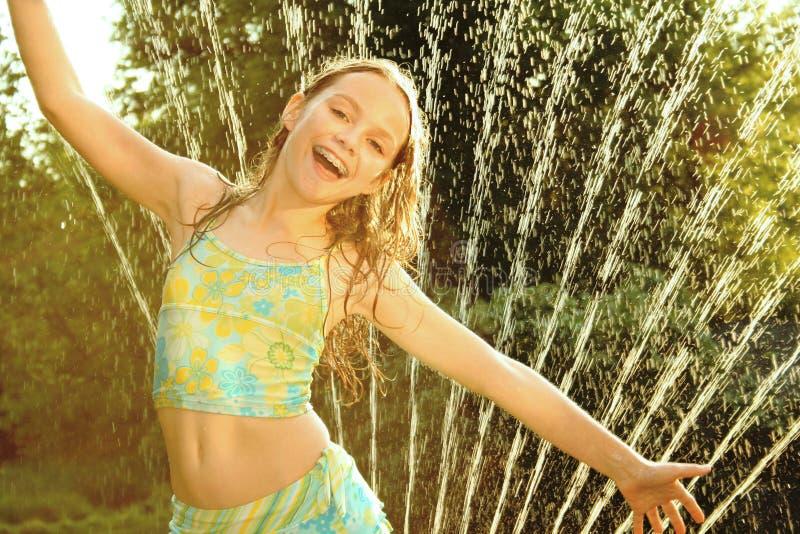 女孩喷水隆头 免版税图库摄影