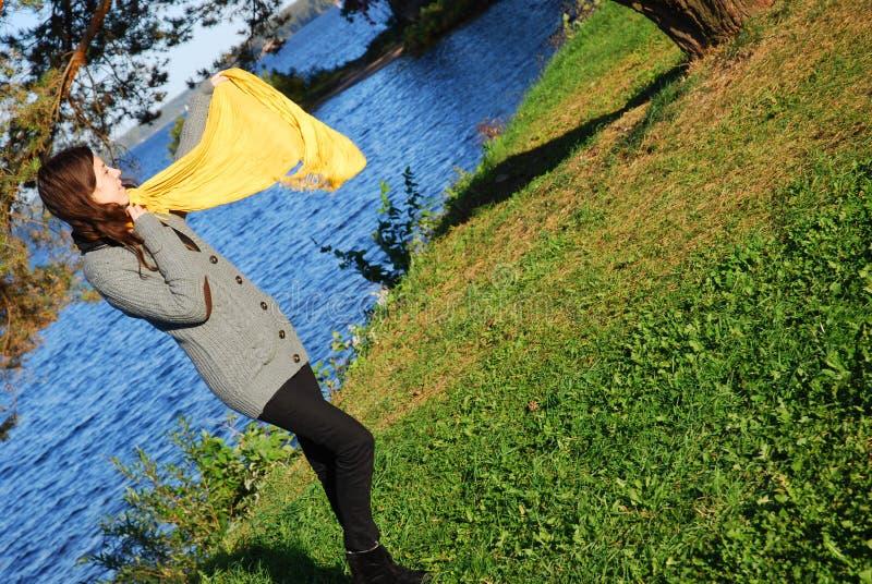 女孩围巾黄色 库存图片