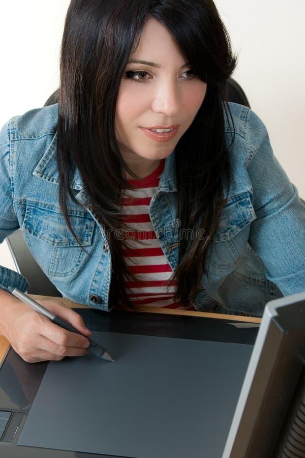 女孩图形输入板工作 免版税图库摄影