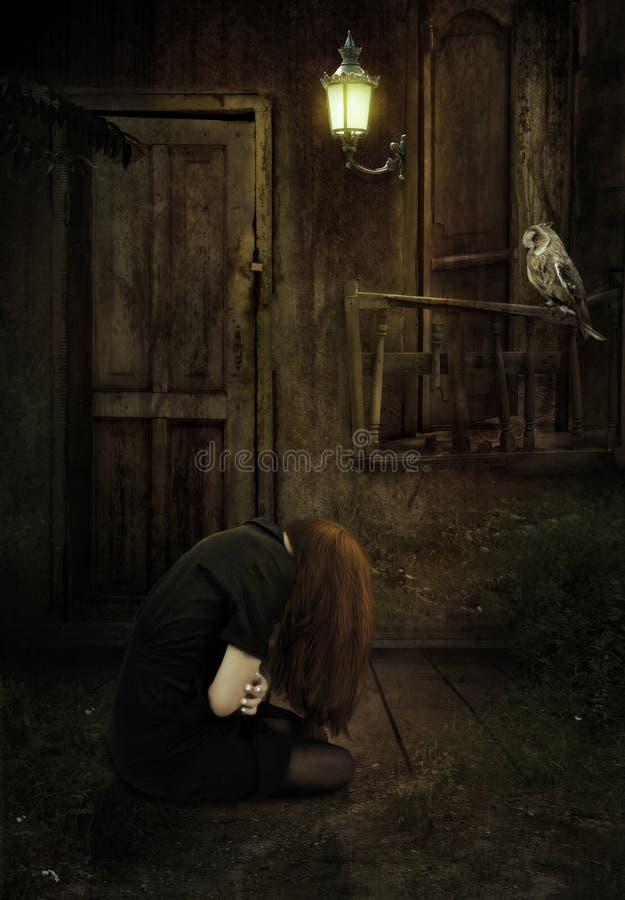 女孩在一个被放弃的房子里 免版税库存照片
