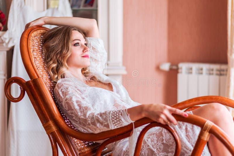 女孩在一把摇椅和梦想坐 图库摄影