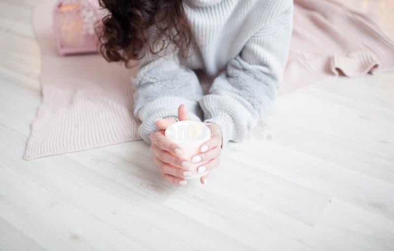 女孩在举电蜡烛的手上 免版税库存照片