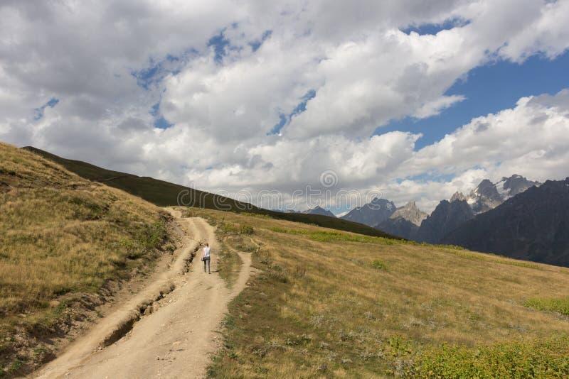 女孩在乔治亚攀登山路 免版税图库摄影