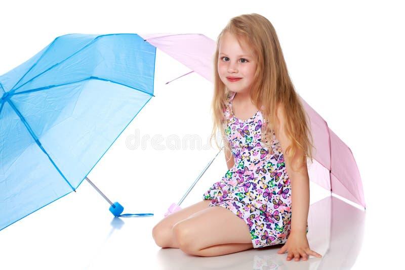 女孩在伞下 免版税库存照片