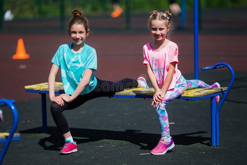 女孩在体育场内做着锻炼 做健身的女孩在体育场 库存图片