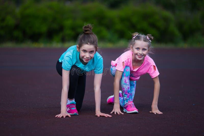 女孩在体育场内做着锻炼 做健身的女孩在体育场 免版税图库摄影