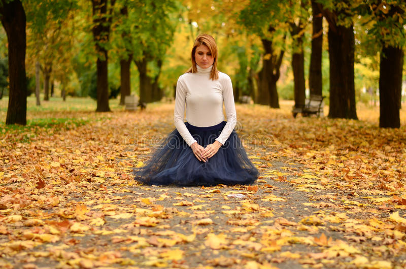 女孩在公园在秋天 免版税库存图片
