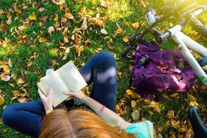 女孩在公园 免版税库存图片
