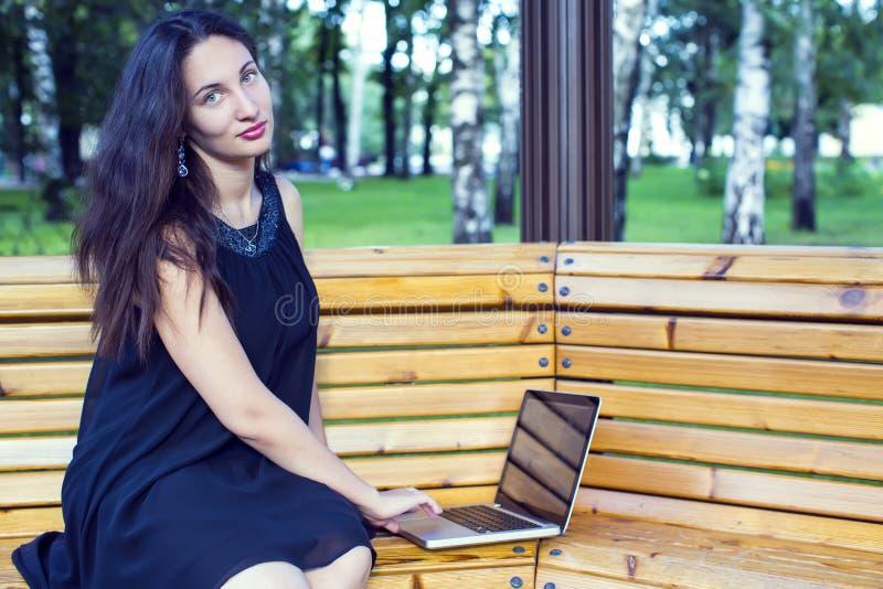 女孩在公园 免版税图库摄影