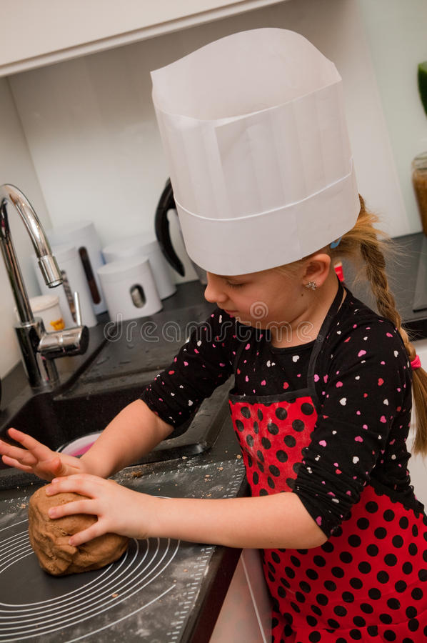 女孩在厨房里 免版税库存照片