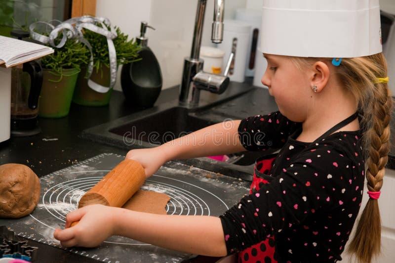 女孩在厨房里 库存图片