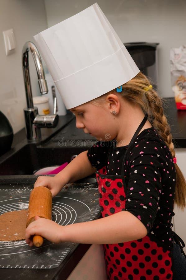 女孩在厨房里 免版税库存图片