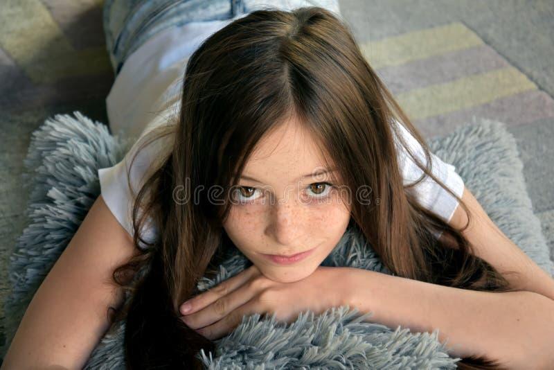 女孩在地板上说谎 免版税库存照片