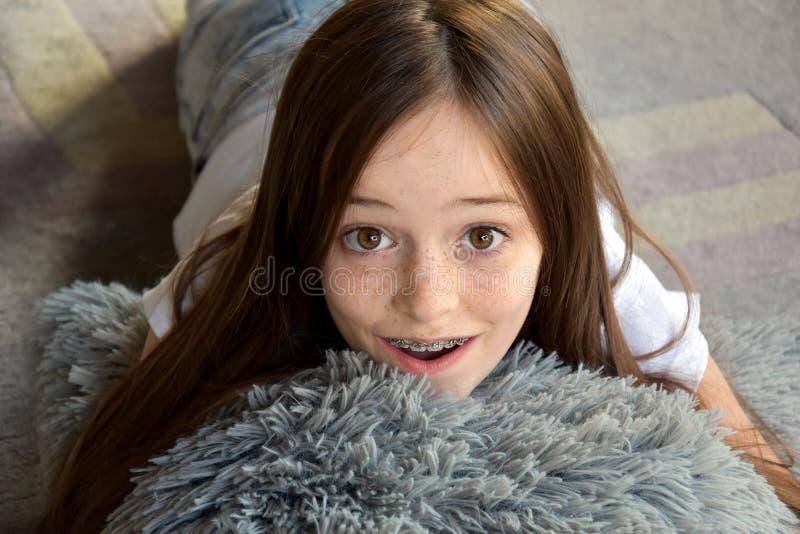 女孩在地板上说谎 库存照片