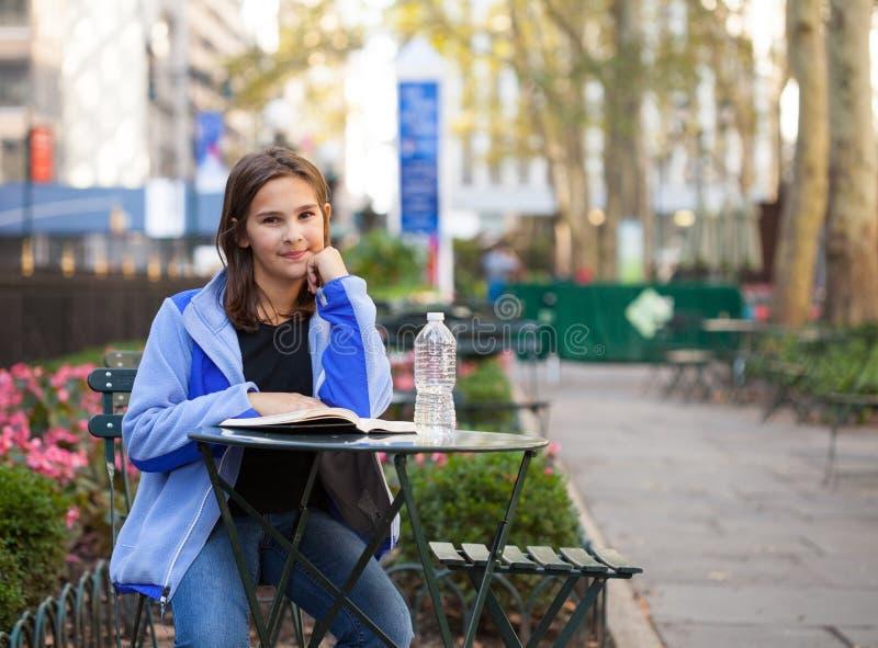 女孩在城市公园 库存图片