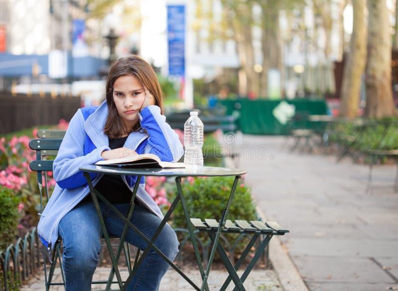 女孩在城市公园 库存照片