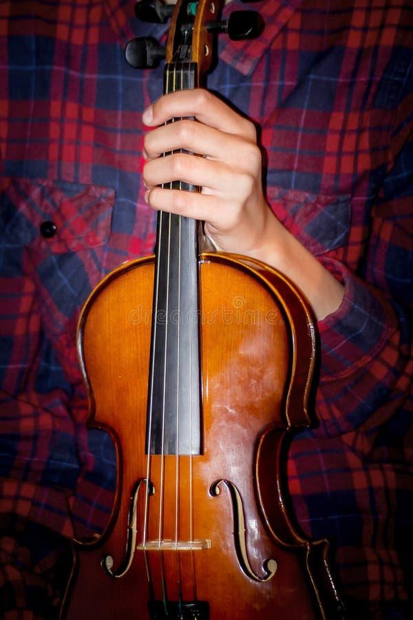女孩在她的手上拿着小提琴 古典音乐音乐会  库存照片
