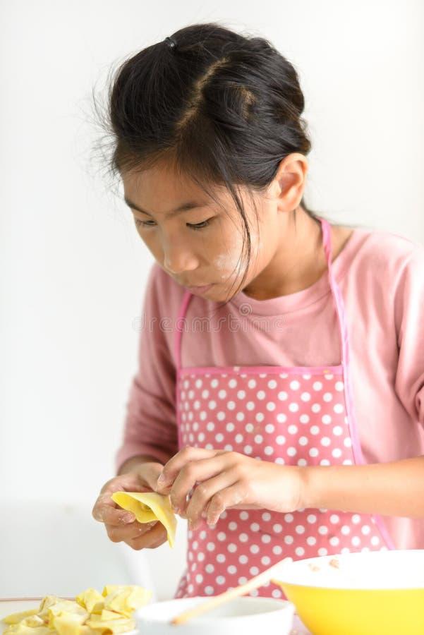 女孩在她的手上的处理自创饺子,生活方式概念 库存照片
