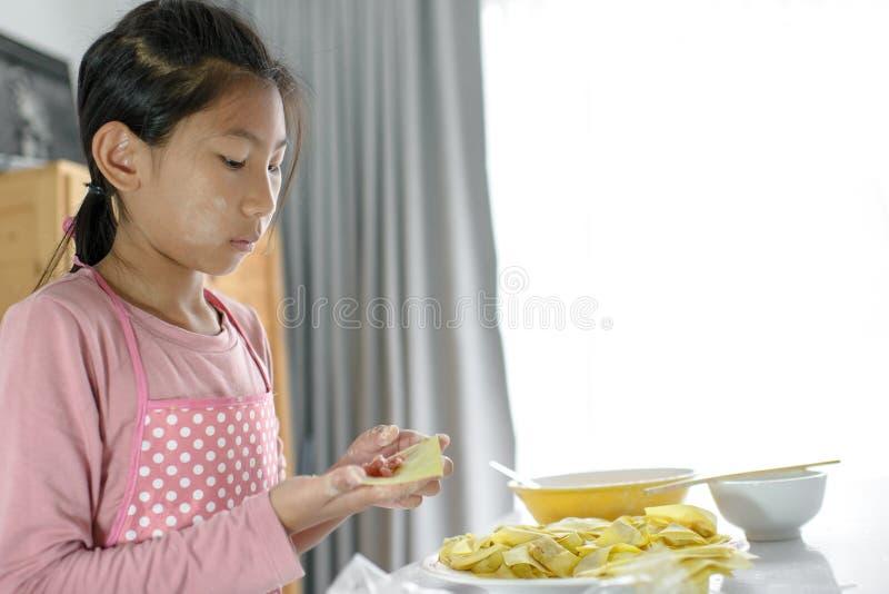 女孩在她的手上的处理自创饺子,生活方式概念 免版税库存图片