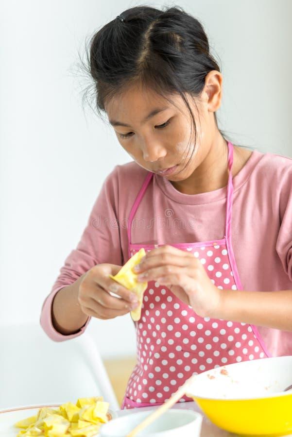 女孩在她的手上的处理自创饺子,生活方式概念 图库摄影