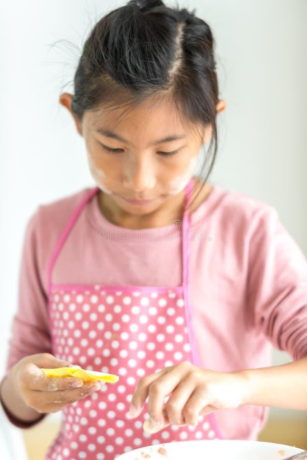 女孩在她的手上的处理自创饺子,生活方式概念 免版税库存照片