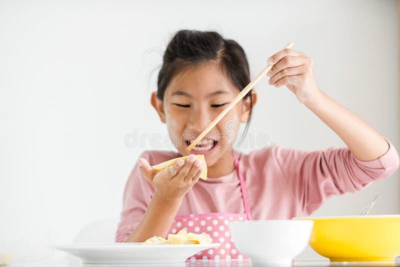 女孩在她的手上的拿着自创饺子,生活方式概念 免版税库存照片