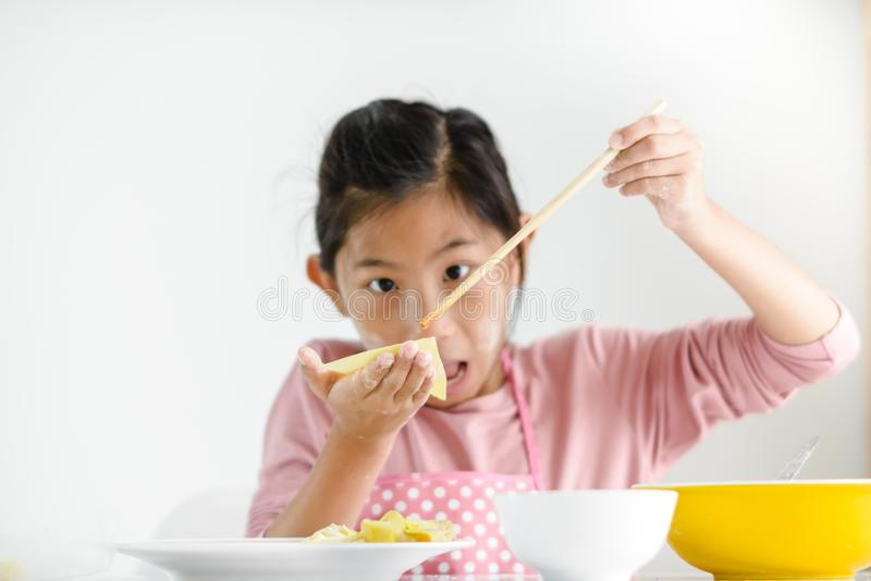 女孩在她的手上的拿着自创饺子,生活方式概念 库存照片