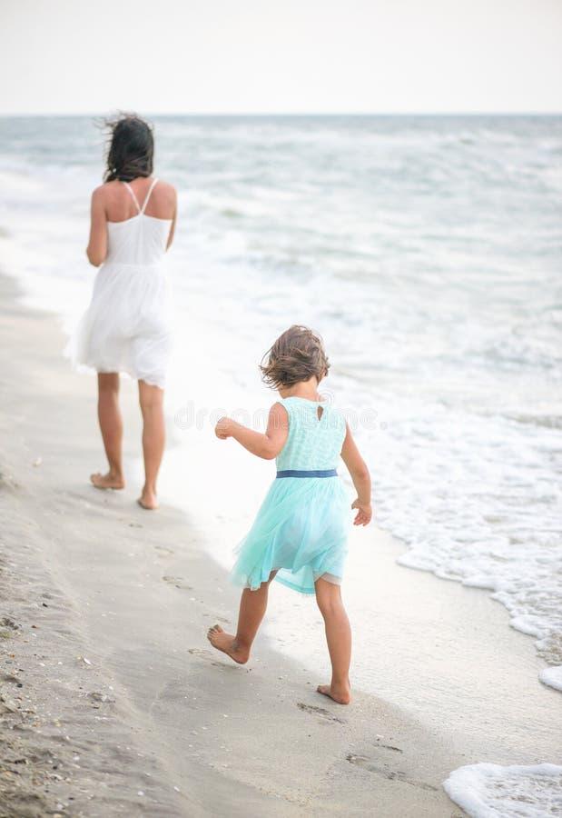 女孩在她的母亲脚步设法走  免版税库存图片