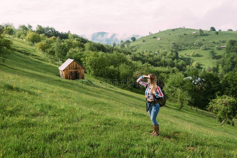 女孩在她自己附近享受美好的自然 库存图片