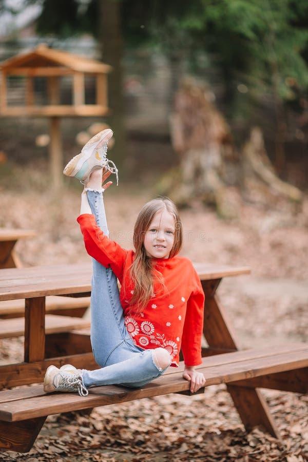 女孩在室外公园她的周末 免版税库存图片